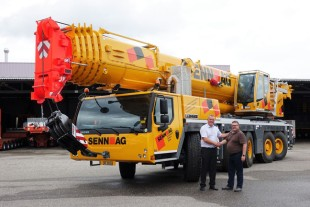 Handover: Marc Bollinger (Liebherr-Baumaschinen AG, left) hands over the new LTM 1160 5.2 to Jörg Senn (Senn AG, right).
