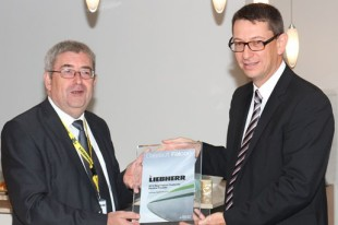 Dominique Sautarel, Senior Manager, Supplier Management, Dassault Aviation (left) presented the award to François Lehmann, Managing Director, Liebherr-Aerospace Toulouse SAS