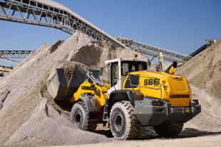 The Liebherr L 566 XPower rehandling. With the power-split XPower drivetrain, the wheel loader can handle both short and long distances as well as driving on gradients with maximum efficiency.