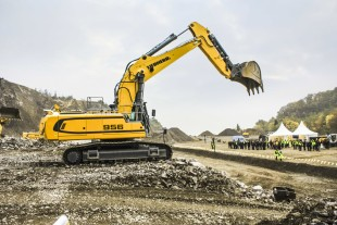 The Liebherr R 956 crawler excavator with a power rating of 240 kW / 326 bhp is now available with stage IV / Tier 4f diesel engine.