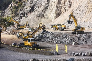 During a live show Liebherr demonstrated to visitors the performance of Liebherr machines in quarry operations.