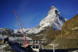 The mountain station for the new Hirli chairlift is being built at the foot of the Matterhorn. The LTR 1060 overcame extreme gradients en route to the site.
