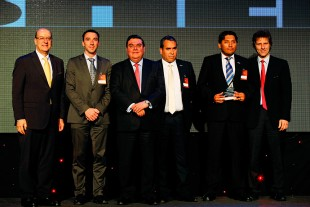 The managers of Liebherr Chile SpA receive the Aprimin award.