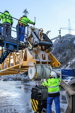 Field tests are being conducted for the high-strength fibre rope from Liebherr and Teufelberger on the LR 1200 crawler crane.