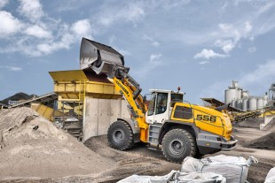 The manoeuvrable and dynamic Liebherr L 556 XPower® wheel loader with industrial lift arms and high-dump bucket in test operation at a recycling business.