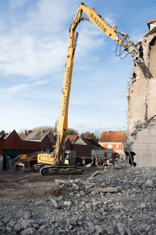 First deployment of Liebherr R 960 crawler excavator demolishing a silo.