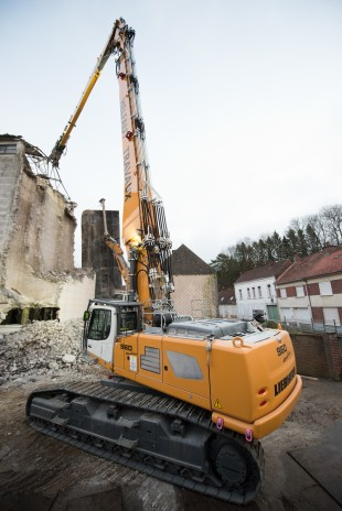 With an operating weight of 90 tonnes, the R 960 Demolition crawler excavator offers a demolition height of up to 33m.