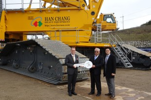 From left to right: Gerald Henle (Liebherr-Werk Ehingen GmbH). S.T. Kim (Hanchang Heavy Equipment Co.), J.Y. Kim (Liebherr Mobile Cranes Korea Ltd.)