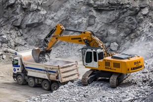 The R 954 C SME is equipped with a Liebherr six cylinders in-line diesel engine. This aggregate provides 240 kW / 326 HP and is designed to meet stage IIIA emission regulations.