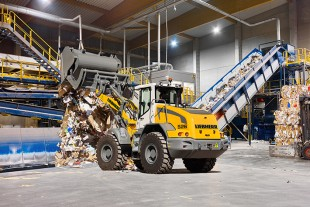 The new Liebherr L 526 all-rounder wheel loader impresses with its high productivity in recycling applications.