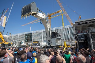 Everywhere on the Liebherr stand products were presented to visitors – for example, the R 9200 mining excavator