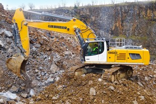The Liebherr R 960 SME crawler excavator is adapted for the difficult working conditions encountered in the quarry