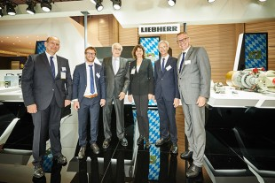 Ilse Aigner (third from right) with Dr. h.c. Willi Liebherr (third from left), the Managing Directors Josef Gropper (second from right), Heiko Lütjens (right) und Arndt Schoenemann (left) as well as Alexander Altmann(second from left) from Liebherr-Aerospace Lindenberg GmbH.