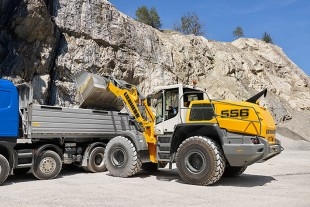 Efficient power-split drivetrain, rugged design: The new Liebherr wheel loader L 556 XPower®.