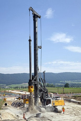With the Liebherr LB 36 rotary drilling rig all common drilling methods can be executed, e.g. Kelly drilling, continuous flight auger drilling, drilling with partial or full displacement tools, double rotary drilling and soil mixing.