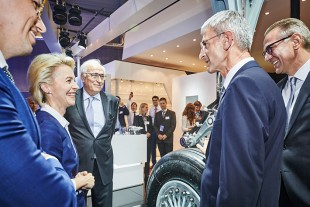 Ursula von der Leyen with Dr. h.c. Willi Liebherr (center) as well as Josef Gropper (second from right) and Heiko Lütjens (right) from Liebherr-Aerospace Lindenberg GmbH.
