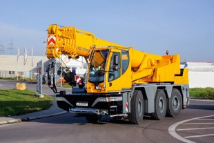 The Liebherr LTC 1050-3.1 compact crane is an all-terrain crane that is well suited to constricted site conditions, for example for working in industrial buildings.