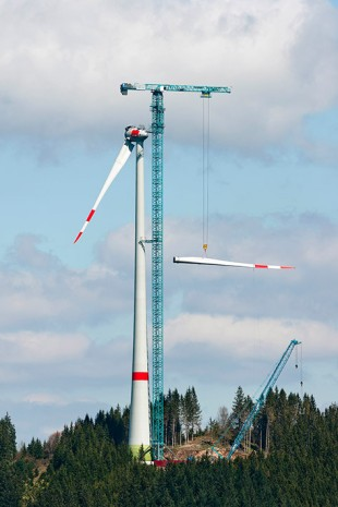 The Liebherr 1000 EC-B 125 Litronic tower crane erecting the ENERCON wind turbine.