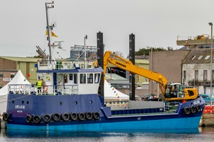 The MV Selkie complete with Liebherr R 936.