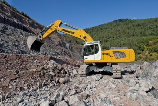 The Liebherr R 950 SME crawler excavator is adapted for the difficult working conditions encountered in the quarry