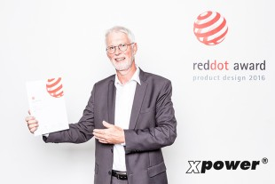 Johann Stickler, Managing Director and Technical Manager of Liebherr-Werk Bischofshofen GmbH, receives the Red Dot Award for the XPower wheel loaders.