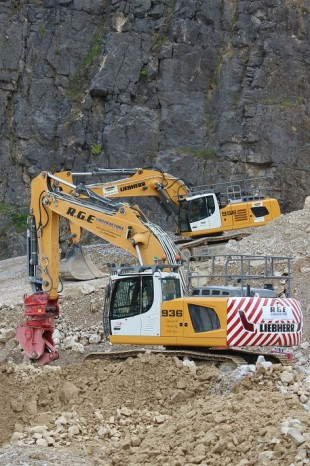 The Liebherr R 956 and R 936 crawler excavators show off their capabilities at the quarry face