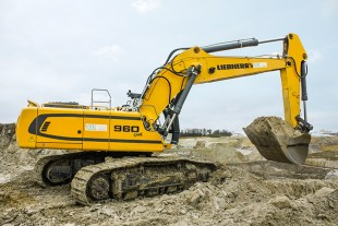 The Liebherr R 960 SME crawler excavator is manufactured in Colmar, France, and delivers 250 kW / 340 HP.
