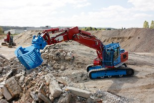 The Liebherr R 924 crawler excavator was adapted specifically to the requirements of TP-Bruetschy.