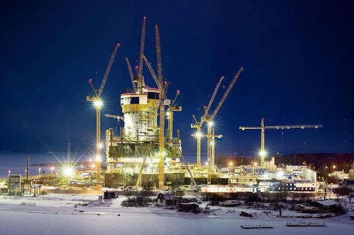 Десять башенных кранов Liebherr на башне «Лахта» в ночное время.