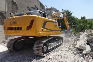 The compact Liebherr R 918 crawler excavator is suitable for inner city applications thanks to its transport dimensions.