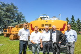 From left to right: Olivier De Filippo (Liebherr-France SAS), Franz Wieser (Karl Wieser OHG), Karl Wieser (Karl Wieser OHG), Martin Schickel (Liebherr-France SAS) und Alessandro Giovannone (Liebherr-EMtec Italia S.p.A.)