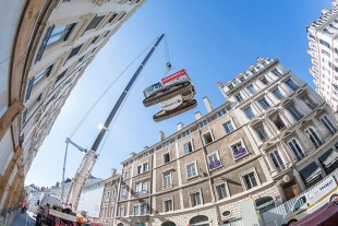A Liebherr mobile crane with a maximum load capacity of 1.200 tons was deployed to perform such a difficult task.