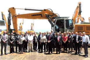Brigitte Zypries (front row, middle), the members of the delegation and representatives of Liebherr at the Group's facility in Guaratinguetá, Brazil.