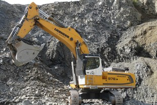 The R 976 crawler excavators have an operating weight of almost 95 tonnes with capacity of 400 kW / 544 HP.
