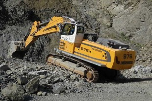 The R 976 crawler excavators are equipped with cab elevation for optimal visibility of the working area.