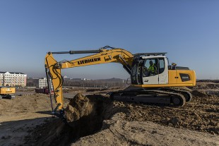 Three new crawler excavators with operating weights between 20 and 24 tonnes extend the product portfolio of Liebherr crawler excavators – in Shanghai, Liebherr showcases the 20-tonne R 920.