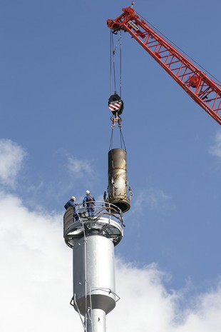 The four-metre flare head at a height of 90 metres makes the gas flare complete again.