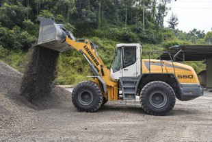 The Liebherr L 550 wheel loader impresses in rehandling with its minimal fuel consumption. It consumes up to 25 percent less fuel compared with conventional wheel loaders under the same conditions.