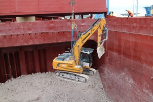 The R 918 crawler excavators are lowered into the cargo holds of the ships.