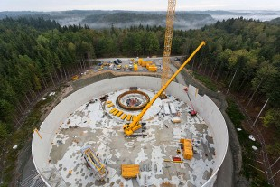 The foundation for the storage tower is clearly visible behind the LTR 1220. The wind turbine will be built on top of this 40 meter high tower.