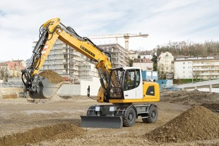The Liebherr A 918 Litronic wheeled excavator sets standards in its class in terms of fuel efficiency and travel performance.