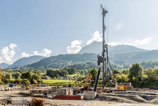 A new LRB 355 piling and drilling rig working in an Austrian village.
