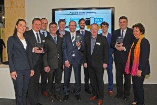 Lucas Nerud (back row, 1. f. l; Director Liebherr-Hausgeräte Lienz) and Martin Plankensteiner (front row, 2. f. l; Central product manager LEH) accepted the award on behalf of Liebherr.