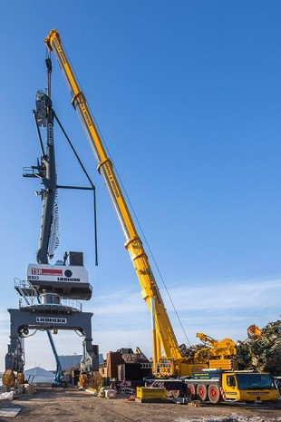 Assembly of the 42-tonne tower for the Liebherr LPS 280 portal slewing crane