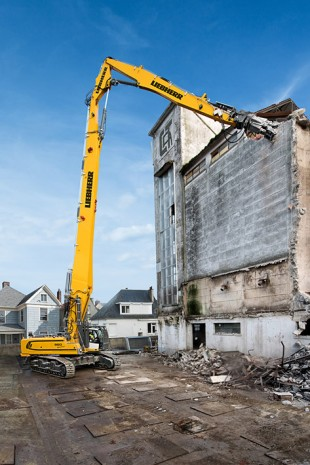 With an operating weight of 90 tonnes, the R 960 Demolition crawler excavator offers a demolition height of up to 33 m.