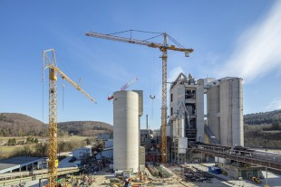 The 1000 EC-H 50 Litronic in action building a new klinker production line at the Schelklingen cement works.