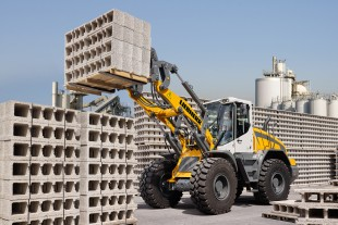 The Liebherr L 526 all-round wheel loader appeals with its high levels of productivity in all applications.