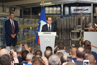 François Hollande speaks to the employees - © Liebherr
