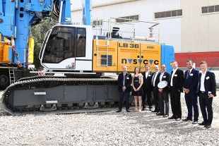 New machines for civil engineering company NSCC: On the day of the anniversary of Liebherr Middle East FZE, employees and family shareholder Sophie Albrecht hand over a Liebherr LB 36-410 drilling rig. The customer ordered six more deep foundation machines from Liebherr.