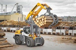 Powerful drive, sturdy lift arm, optimised timber grab: the L 580 LogHandler XPower® is a powerful machine for timber handling.